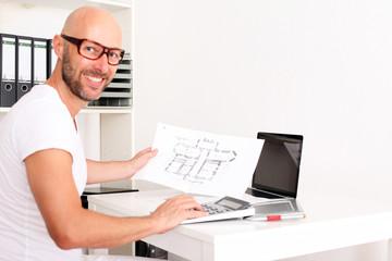 Architekt mit Bauplan und Notebook