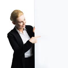 junge Geschäftsfrau zeigt auf Werbefläche