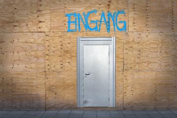 Eingang Metalltür in Holzwand