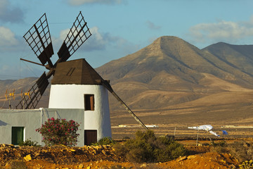 Windmill in the central valley and the 625m high Churillos mountain beyond, Llanos de la Concepcion, Fuerteventura, Canary Islands, Spain, Europe