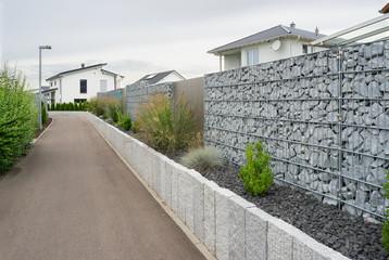 Zaun aus Gabionen im Garten