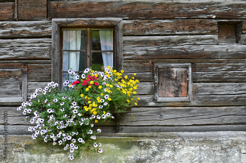 altes bauernhaus mit blumen stockfotos und lizenzfreie. Black Bedroom Furniture Sets. Home Design Ideas