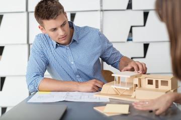 architekt im büro arbeitet an einem model