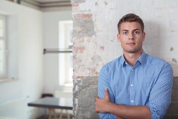 junger unternehmer im büro