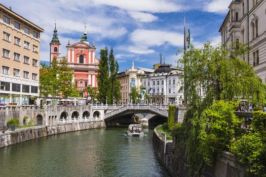 Ljubljanica River, Ljubljana triple bridge (Tromostovje) and the Franciscan Church of the Annunciation, Ljubljana, Slovenia