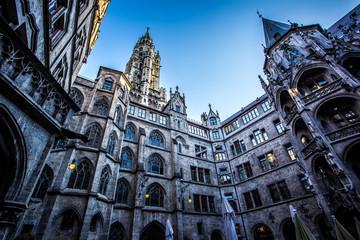 Innenhof des Münchner Rathauses an einem Sommerabend