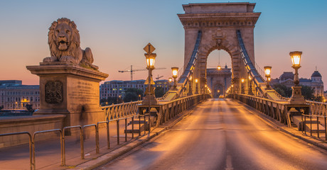 Keuken foto achterwand Boedapest The Szechenyi Chain Bridge (Budapest, Hungary) in the sunrise