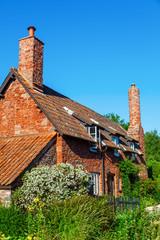 malerisches Cottage mit Packpferdbrücke in Allerford, Somerset, England