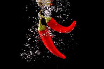 Obraz Czerwona papryka wpadająca do wody - fototapety do salonu