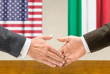 Vertreter der USA und Italiens reichen sich die Hand
