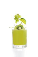 Grüner Fruchtsaft aus Kiwi, Limette und Weintraube