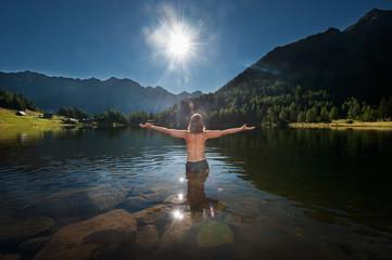 Österreich, Steiermark, Mitte der erwachsenen Frau, die im See