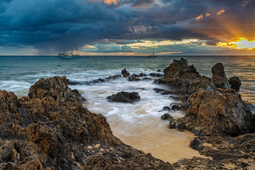 Dramatic sunset at the shore of Kamaole Beach in Kihei on Maui, Hawaii