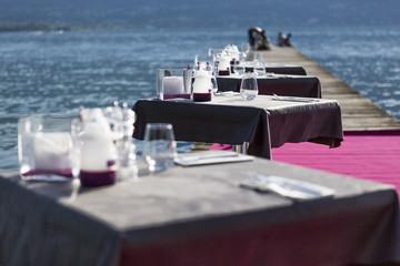Terrasse de restaurant avec tables dressées
