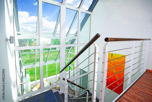 Helles Modernes Treppenhaus In Einfamilienhaus Stockfotos Und