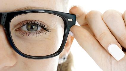 Frau setzt Brille als Sehhilfe von Optiker auf