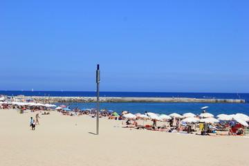 Strandszene am Sandstrand von Barcelona (Spanien)