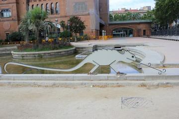 Skulptur eines Chamäleons vor der Burg der drei Drachen (Barcelona)