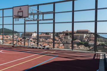 Basketballplatz über den Dächer von Dubrovnik