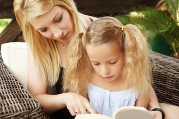 Mutter und Kind beim lesen eines Buches