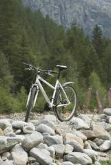 la bici sulla pietraia