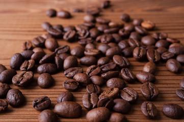 コーヒー豆と木製のテーブル
