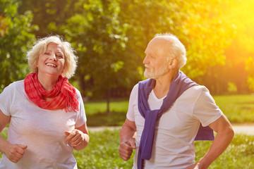 Paar Senioren beim Laufen im Park