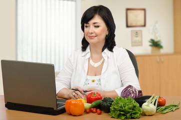 Dietary expert working online