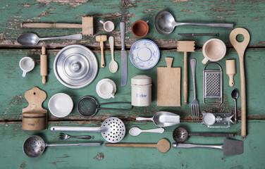 Alte Küchen Utensilien mit Besteck und Geschirr zur Nostalgie Dekoration zum Kochen