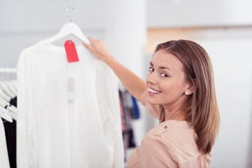 glückliche frau beim einkauf in einem geschäft