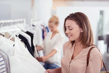 zwei frauen beim einkauf im geschäft