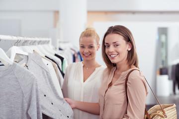 zwei frauen beim einkauf in einer boutique