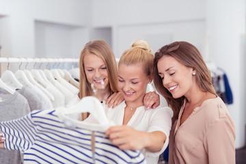 drei freundinnen haben spaß beim shopping