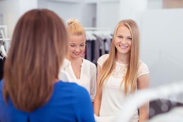 drei junge frauen beim shopping