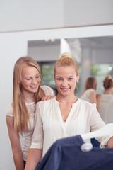 zwei freundinnen beim shopping