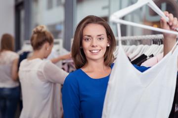glückliche frau beim einkaufsbummel in einem geschäft