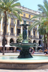 Springbrunnen auf der Placa Reial in Barcelona