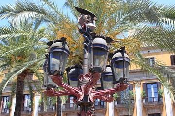 Straßenlaterne von Antoni Gaudi auf der Placa Reial (Barcelona)