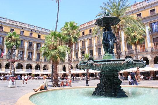 Die Placa Reial in Barcelona mit dem Springbrunnen