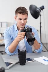 fotograf schaut auf seine kamera