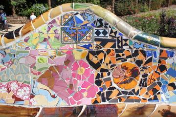 Detail eines Mosaiks auf der Terrasse im Park Güell (Barcelona)