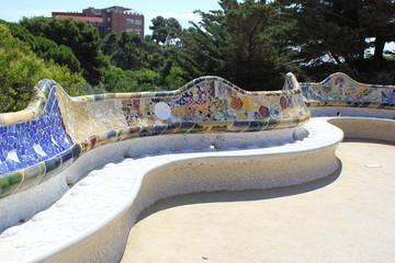 Die Bank mit Mosaiken auf dem Terrassenplatz im Park Güell