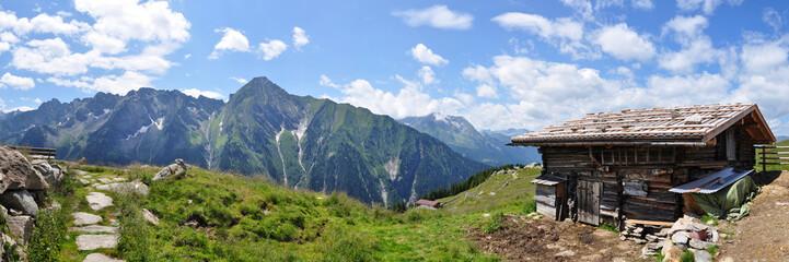 Zillertaler Alpen mit alter Holzhütte