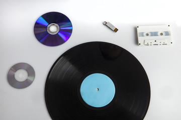 ce, musicassetta, disco in vinile e chiave usb