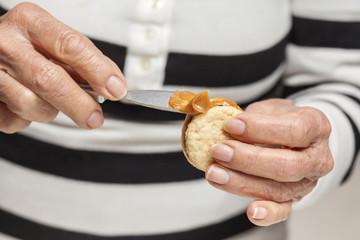 Rellenando galletas con dulce de leche