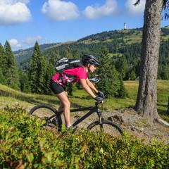 Mountainbikerin beim Downhill nahe des Feldberg