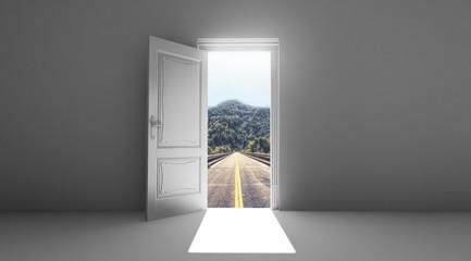 Porta aperta su strada luce