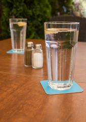 Zünftiger Tisch im Biergarten mit Wassergläsern, Oktoberfest