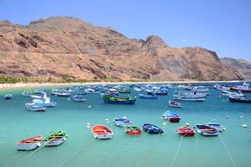 Kolorowe łodzie rybackie na plaży Teresitas na Teneryfie