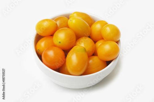 Pomodorini Gialli Tondi Su Ciotola Su Sfondo Bianco Stock Photo And
